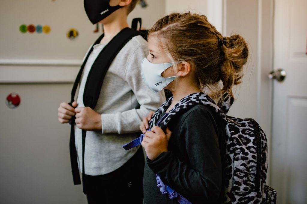 因為疫情帶著口罩的小女孩